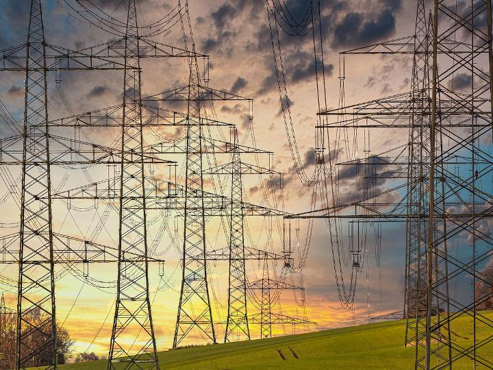 Folgorazione per deterioramento di una linea di distribuzione elettrica: esclusa la violazione delle norme per la prevenzione degli infortuni sul lavoro
